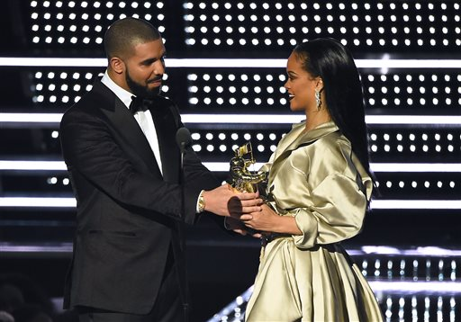 Drake, left, presents the Michael Jackson Video Vanguard Award to Rihanna at the MTV Video Music Awards at Madison Square Garden on Sunday, Aug. 28, 2016, in New York. (Photo by Charles Sykes/Invision/AP)